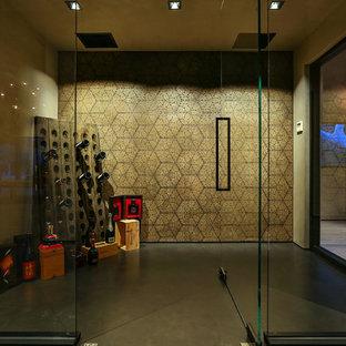 Ispirazione per una grande cantina contemporanea con pavimento in cemento, rastrelliere portabottiglie e pavimento grigio