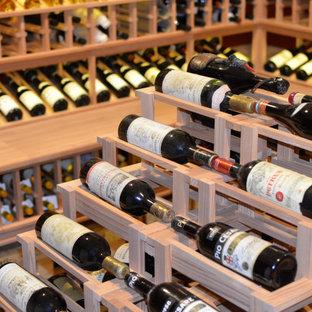Idéer för stora amerikanska vinkällare, med vinhyllor och grått golv