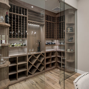 Idéer för vintage vinkällare, med mellanmörkt trägolv, vinhyllor och brunt golv