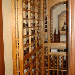 Klassisk inredning av en liten vinkällare, med vinhyllor