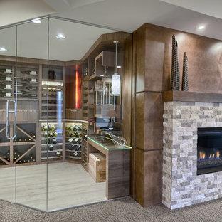 Imagen de bodega clásica renovada, de tamaño medio, con vitrinas expositoras, suelo de madera clara y suelo beige