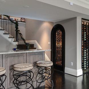 Diseño de bodega clásica, grande, con suelo de madera oscura y vitrinas expositoras