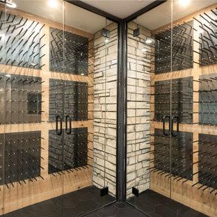 Idéer för en modern vinkällare, med klinkergolv i porslin, vinhyllor och svart golv