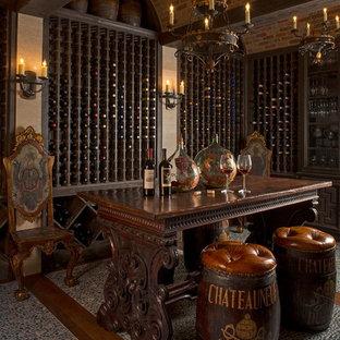 ダラスのヴィクトリアン調のおしゃれなワインセラーの写真