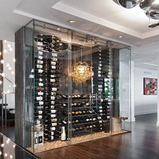 Bild på en stor funkis vinkällare, med mörkt trägolv, vindisplay och brunt golv