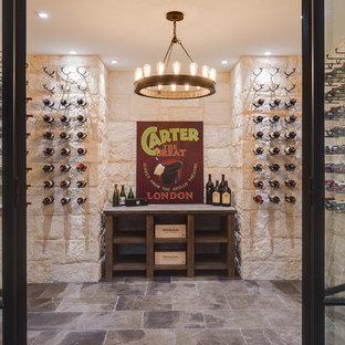 Klassischer Weinkeller mit Kammern und grauem Boden in Atlanta
