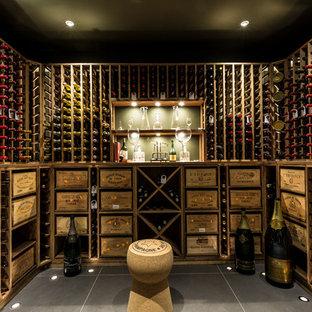 Cette image montre une cave à vin traditionnelle de taille moyenne avec un sol en carrelage de céramique et des casiers.