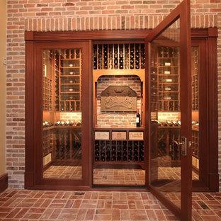 Inspiration för mellanstora klassiska vinkällare, med tegelgolv, vindisplay och rött golv