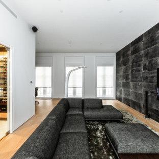 Foto di una cantina moderna di medie dimensioni con pavimento in marmo, portabottiglie a vista e pavimento bianco