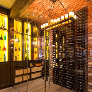 Cette image montre une cave à vin design avec un sol en bois foncé, des casiers et un sol jaune.