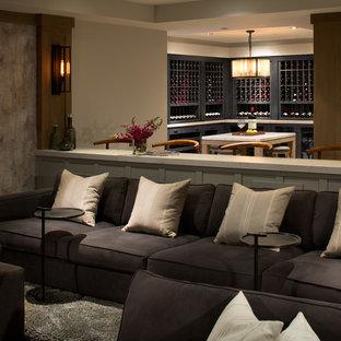 Cette photo montre une grand cave à vin chic avec moquette et un présentoir.