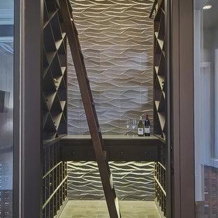 マイアミの巨大なトランジショナルスタイルのおしゃれなワインセラー (磁器タイルの床、菱形ラック) の写真
