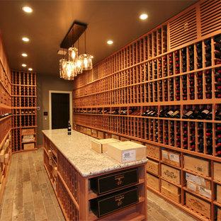 Imagen de bodega de estilo americano, extra grande, con suelo de baldosas de cerámica, botelleros y suelo marrón