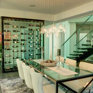 Inspiration pour une cave à vin minimaliste de taille moyenne avec un sol en bois brun, un présentoir et un sol marron.