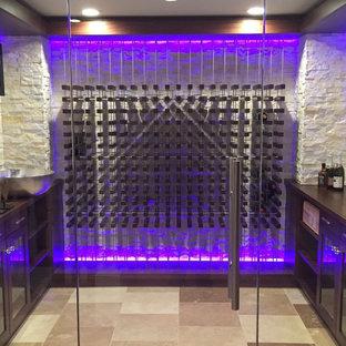 Inspiration för mellanstora moderna vinkällare, med klinkergolv i keramik, vinhyllor och beiget golv