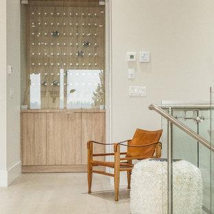 Foto di una piccola cantina design con parquet chiaro, portabottiglie a vista e pavimento beige