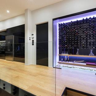 Foto di una grande cantina moderna con pavimento in laminato e portabottiglie a vista