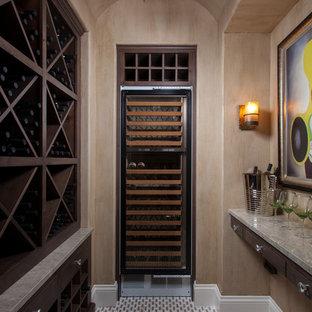 Aménagement d'une cave à vin exotique avec des casiers losange.