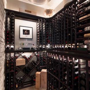 Idéer för funkis vinkällare, med ljust trägolv, vinställ med diagonal vinförvaring och beiget golv