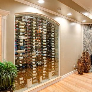 Klassisk inredning av en liten vinkällare, med kalkstensgolv, vinhyllor och rosa golv
