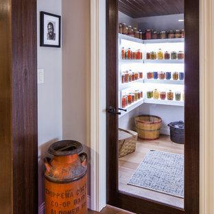 Inspiration för klassiska vinkällare, med mellanmörkt trägolv och beiget golv