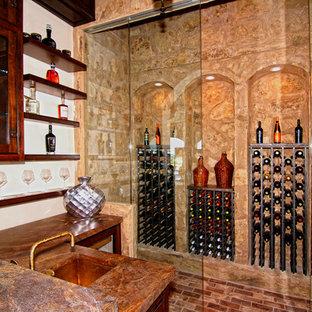 Medelhavsstil inredning av en stor vinkällare, med tegelgolv, vinhyllor och flerfärgat golv