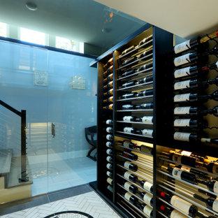 Aménagement d'une grand cave à vin classique avec un sol en travertin, un présentoir et un sol beige.