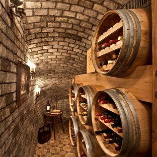 Kleiner Mediterraner Weinkeller mit Kammern in Orange County