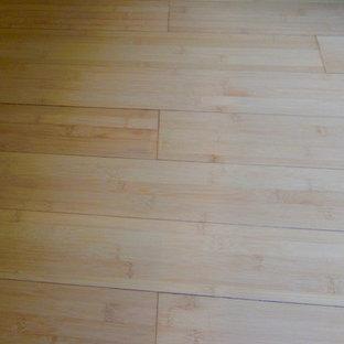 Diseño de bodega contemporánea, pequeña, con suelo de bambú y botelleros
