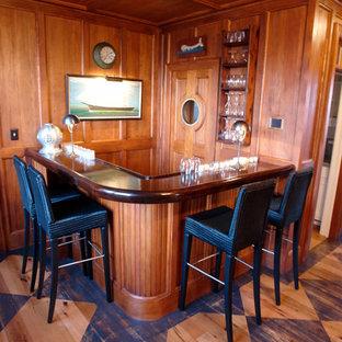 Cette photo montre une cave à vin chic de taille moyenne avec un sol en bois peint et un présentoir.