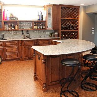 Ejemplo de bodega clásica, grande, con suelo de corcho, botelleros y suelo naranja