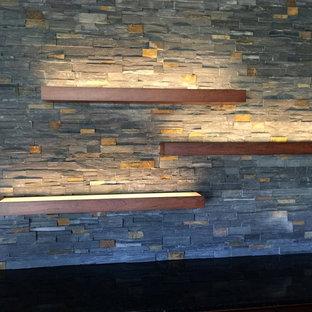 Ejemplo de bodega clásica renovada, de tamaño medio, con suelo de baldosas de porcelana, vitrinas expositoras y suelo negro