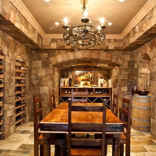 Inspiration för en stor medelhavsstil vinkällare, med vinhyllor, klinkergolv i terrakotta och beiget golv