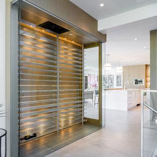 Diseño de bodega moderna, de tamaño medio, con suelo de cemento, vitrinas expositoras y suelo gris