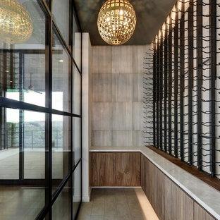 Idéer för en stor klassisk vinkällare, med kalkstensgolv, vinhyllor och grått golv