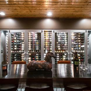 Exemple d'une cave à vin tendance de taille moyenne avec sol en stratifié, des casiers et un sol gris.