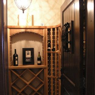 Diseño de bodega clásica, de tamaño medio, con moqueta, botelleros de rombos y suelo marrón