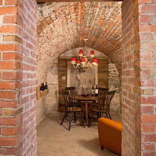Kleiner Mediterraner Weinkeller mit Betonboden in Washington, D.C.