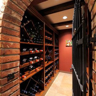 Cette image montre une petit cave à vin design avec un sol en carrelage de porcelaine et des casiers.
