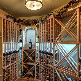 Foto de bodega clásica renovada, grande, con suelo vinílico, botelleros y suelo marrón