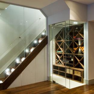 Bild på en funkis vinkällare, med vitt golv