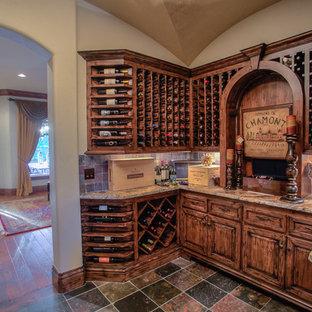Idéer för mellanstora rustika vinkällare, med skiffergolv, vinhyllor och flerfärgat golv