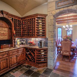 Großer Mediterraner Weinkeller mit Kammern und Schieferboden in Oklahoma City