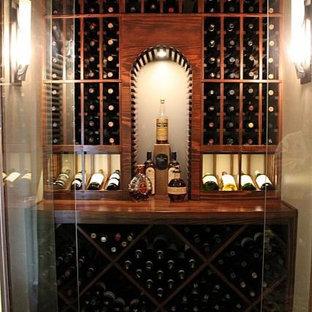 Exempel på en mellanstor modern vinkällare, med vinhyllor