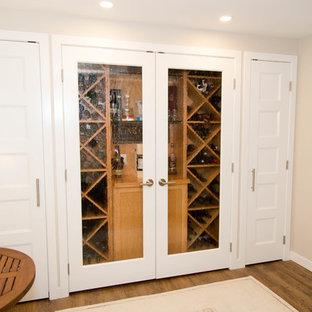 Réalisation d'une petit cave à vin tradition avec un sol en vinyl, un présentoir et un sol marron.