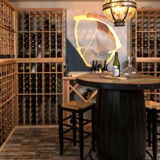 ナッシュビルの小さいエクレクティックスタイルのおしゃれなワインセラー (レンガの床、ワインラック、茶色い床) の写真
