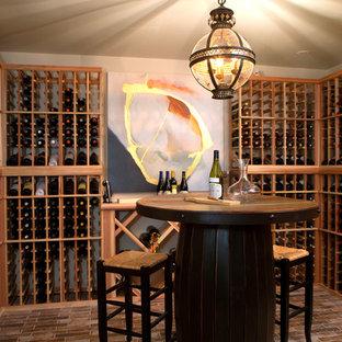 Kleiner Stilmix Weinkeller mit Backsteinboden, Kammern und braunem Boden in Nashville