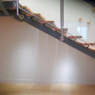 Immagine di una piccola cantina design con pavimento in bambù e rastrelliere portabottiglie