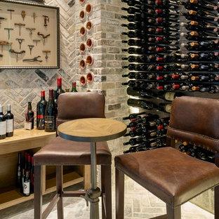 Inspiration för mellanstora klassiska vinkällare, med tegelgolv, vindisplay och grått golv