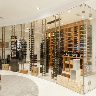 Cette image montre une très grand cave à vin design avec un sol en marbre, des casiers et un sol blanc.